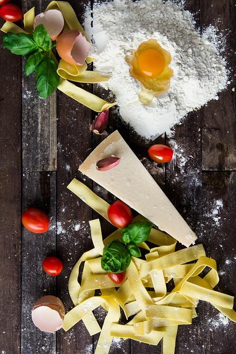 Décoration de linguine, parmesan, basilic et tomates cerises