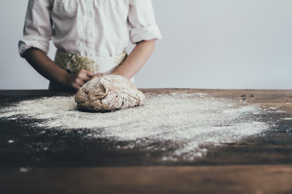 Pétrissage de pâte à lasagnes