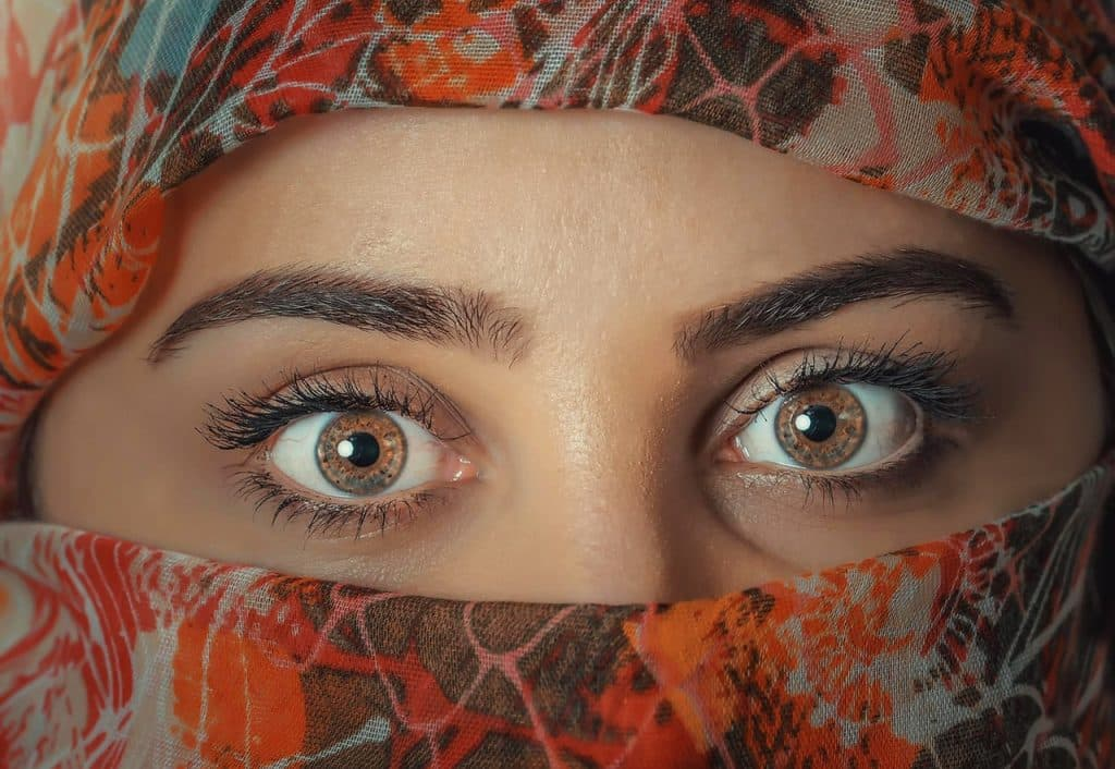 Dessinez vos sourcils pour attirer l'attention sur vos yeux