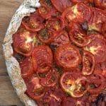 Recette de tarte salée à la tomate, fond de moutarde ou pesto verde